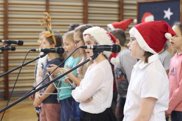 uczniowie klas młodszych na mikołajkowej imprezie szkolnej