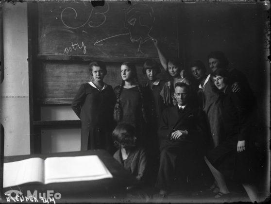 Uczennice z nauczycielem w klasie szkolnej, lata trzydzieste dziewiętnastego wieku
